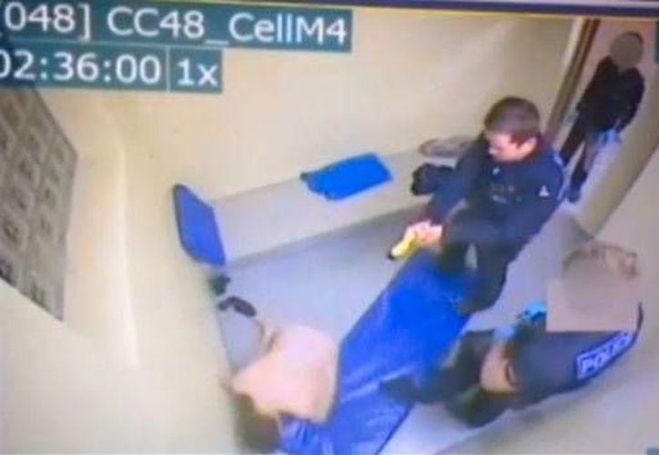 Dove fue atacado en una celda, donde los agentes le pidieron que se desnudara. (YouTube)