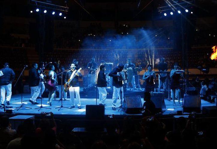 Desde las siete de la noche, el público comenzó a poblar las graderías. (Alejandra Flores/SIPSE)