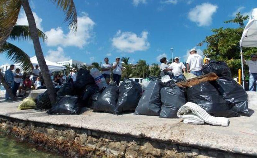 En cada una de las playas se les otorgará a los interesados una bolsa y guantes. (archivo/SIPSE)
