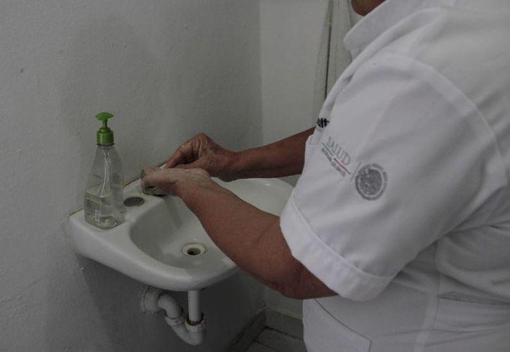 Personal médico, enfermeras, camilleros e intendencia deben extremar médidas de limpieza y desinfección. (Tomás Álvarez/SIPSE)