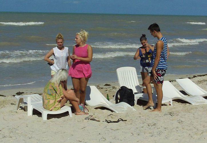 Los turistas que se quedaron en el puerto disfrutaron de una tranquila y soleada jornada. (Manuel Pool/SIPSE)