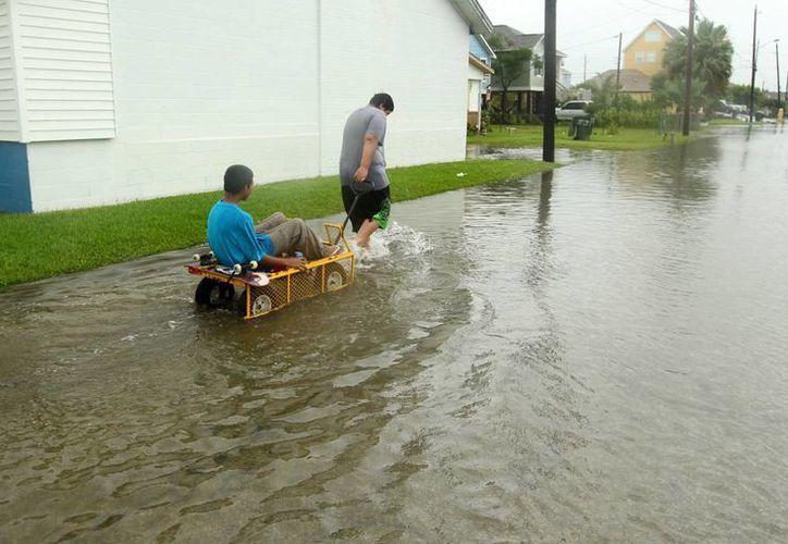 Las intensas tormentas que han azotado Texas y estados vecinos han dejado un saldo de 30 personas muertas. (AP)