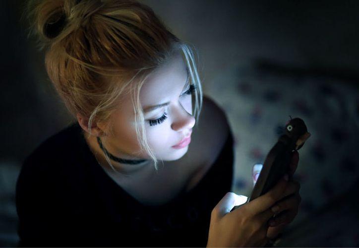 La luz de los dispositivos afectan los niveles de la hormona melatonina. (Foto: Contexto/Internet)