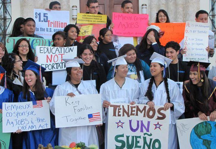 El gobierno de México anunció la implementación de seis medidas para ayudar a 625 mil jóvenes afectados por el DACA, (Vanguardia).