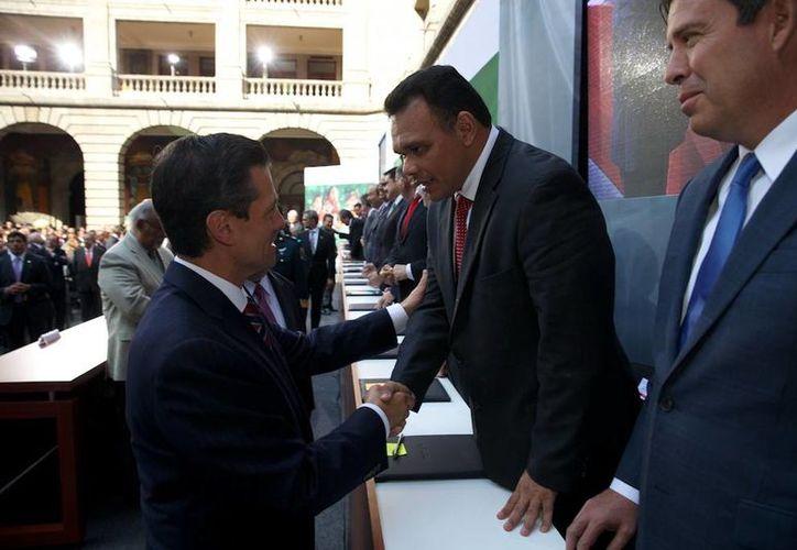 """Encuentro entre Rolando Zapata Bello y el presidente Enrique Peña en la conferencia magistral titulada """"Reforma Educativa 2013; Evaluación y Conflicto Social"""". (Milenio Novedades)"""