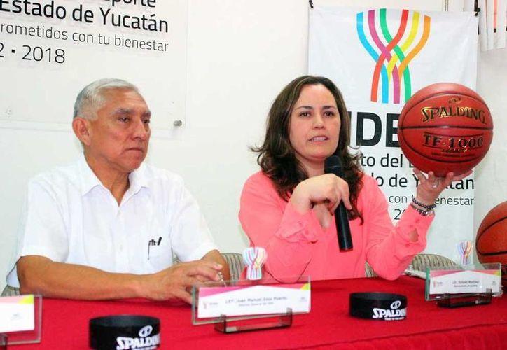 Spalding participará en  la Olimpiada Nacional con la inclusión del balón  'TF 1000 Legacy'. En la foto, el titular del IDEY, Juan Sosa y la representante de la marca, Yunuen Martínez. (Milenio Novedades)