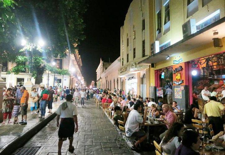 La Canirac propone que todos los días la calle 60, desde el Palacio de Gobierno hasta el parque de Santa Ana, se cierre al paso de los vehículos desde las 20:00 horas como una alternativa para revitalizar el Centro Histórico de Mérida. (Milenio Novedades)