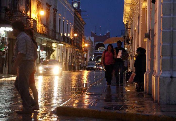 Por la tarde-noche del sábado, la lluvia se dejó sentir en el centro de Mérida. (Juan C. Albornoz/SIPSE)