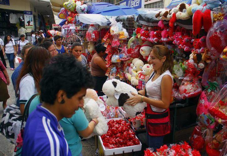 Con motivo del Día de San Valentín, las calles de Mérida se llenaron de comerciantes informales, en detrimento del comercio establecido, denuncia la Canacome. (Juan Albornoz/SIPSE)
