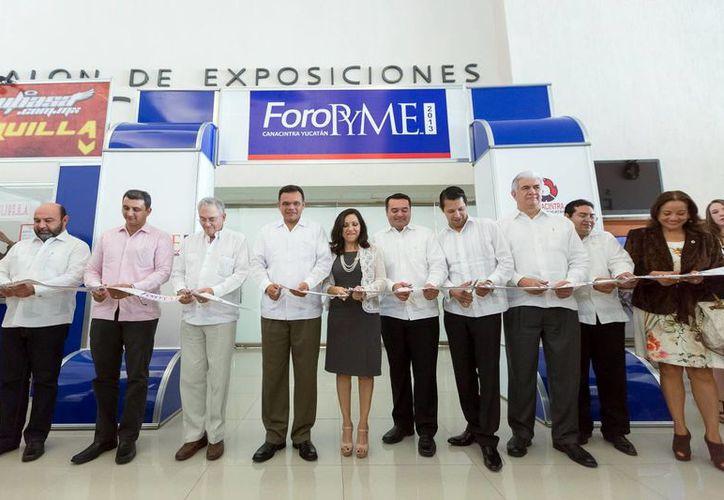 Autoridades y directivos cortaron el listón inaugural de  Foro PYME 2013 de la Canacintra. (Milenio Novedades)