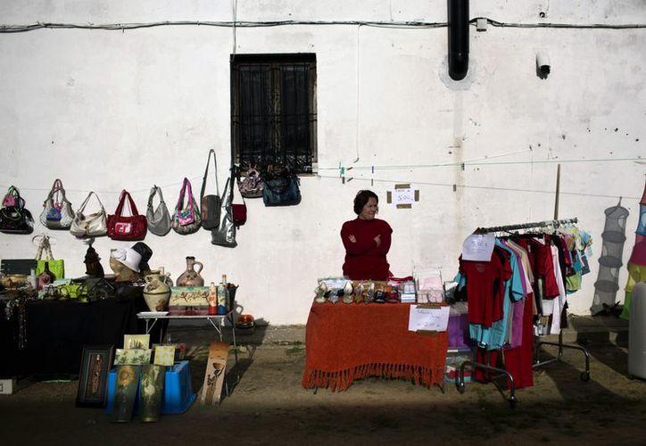 Una mujer espera por clientes en una calle de Cadiz, al sur de España. (Agencias)