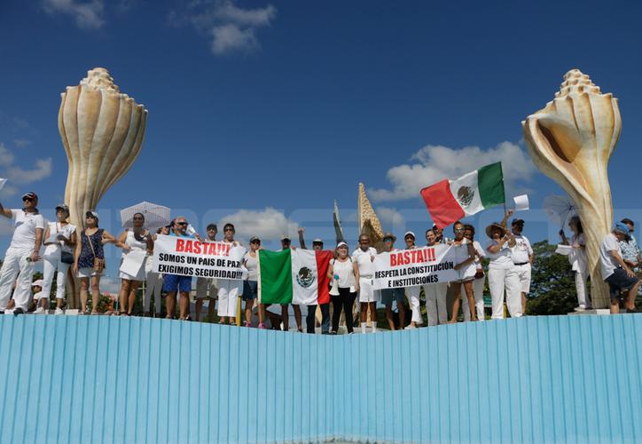 """En Cancún, decenas de ciudadanos protestaron en el monumento conocido como  """"El Ceviche"""", contra la política de  Andrés Manuel López Obrador. (Paola Chiomante/SIPSE)"""