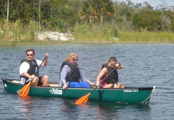 Ofrecen a los turistas cenotes, paseo en kayak, tirolesa, caminata en la selva y alimentación. (Raúl Balam/SIPSE)