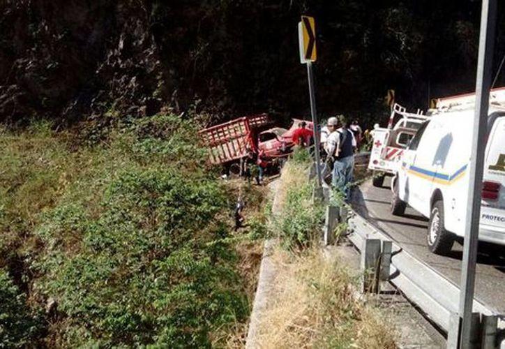 Al parecer, el conductor del camión de redilas de tres toneladas perdió el control y se impactó contra el muro de contención. Hay 8 muertos y 19 heridos. (Milenio)