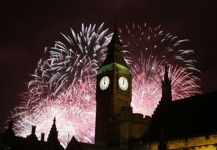 Londres recibió el 2013 con un espectacular despliegue de fuegos artificiales. (Agencias)