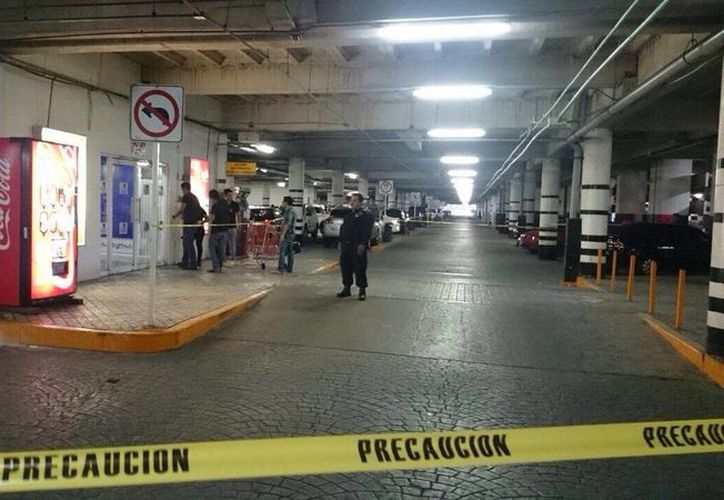 El estacionamiento de plaza Las Américas del centro fue acordonado tras un asalto a una joyería. (Cortesía)