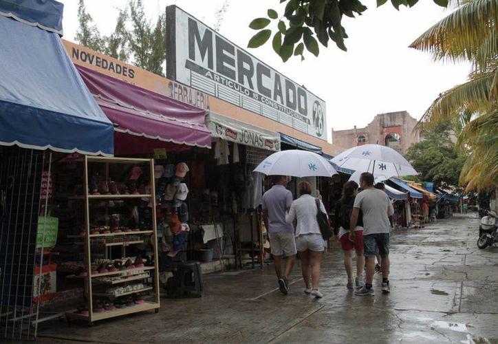 Son pocos los turistas que llegan al Mercado por el sistema todo incluido en los hoteles. (Tomás Álvarez/SIPSE)