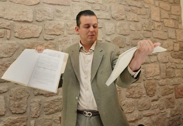 El alcalde depuesto de Tepalcatepec, Guillermo Valencia, fue auxiliado por agentes de la Fuerza Rural Estatal para que no lo lincharan. (lajornadamichoacan.com.mx)