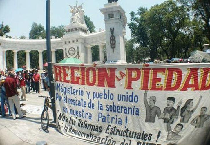 Los manifestantes se reunieron con otro grupo de profesores en el Hemiciclo a Juárez. (Alejandro Madrigal/Milenio )
