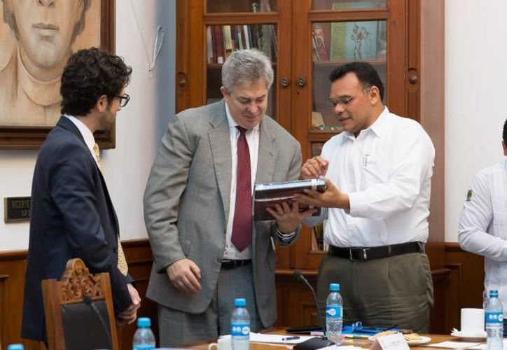 El Gobernador Rolando Zapata (i) presidirá un evento de la Sociedad Civil en el hotel El Español. (SIPSE)