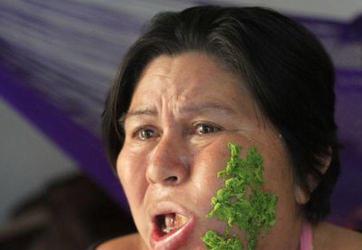 Los familiares señalan que la gravedad del asunto los preocupa pues la señora María ahora recibe alimentos con jeringas. (Harold Alcocer/SIPSE)