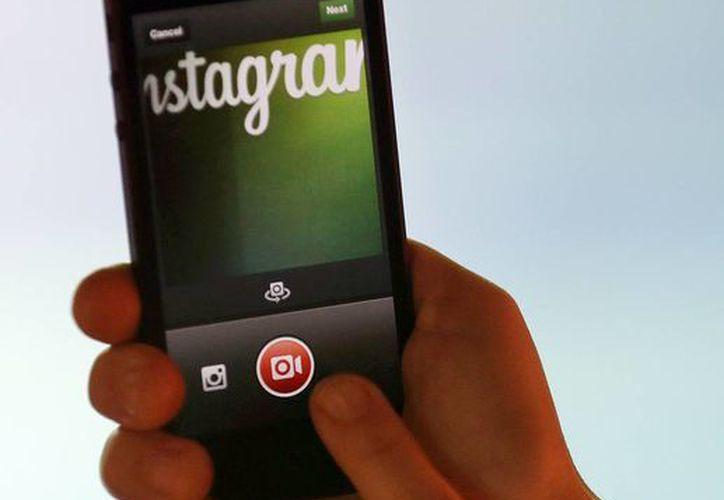 La empresa informó en un blog que anunciantes grandes y pequeños podrán colocar campañas en Instagram a partir de este mes y los anuncios estarán disponibles en 30 países, incluyendo India, Corea del Sur y México. (Foto AP/Marcio José Sánchez)