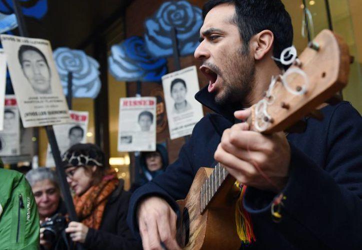 Decenas de manifestantes mostraron su solidaridad con el caso Ayotzinapa afuera de la sede de la Corte Interamericana de Derechos Humanos, en Washington. (EFE)