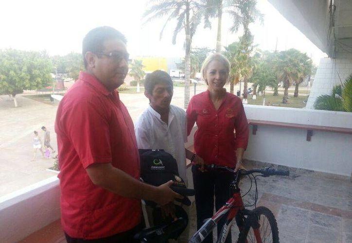 El encargado de la oficina de Oficialía Mayor, Alejandro Tello Zozaya, hizo entrega de la bicicleta. (Cortesía/SIPSE)