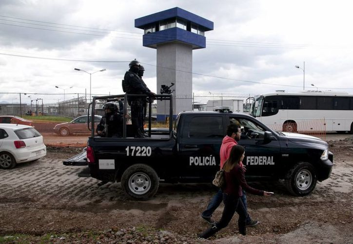 """Una cacería humana masiva está en marcha para la recaptura de """"El Chapo """" Guzmán, quien se fugó de la prisión del Altiplano a través de un túnel desde la regadera de su celda. (Foto AP/Marco Ugarte)"""