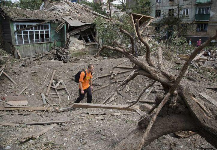 Milicianos prorrusos han responsabilizado a la aviación ucraniana de bombardear un edificio de viviendas civiles. (Foto: AP)
