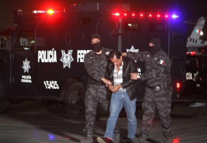 Flavio Gómez Martínez, hermano del líder criminal 'La Tuta', durante su traslado. Flavio fue enviado a un penal y su hermano a otro. (Notimex)