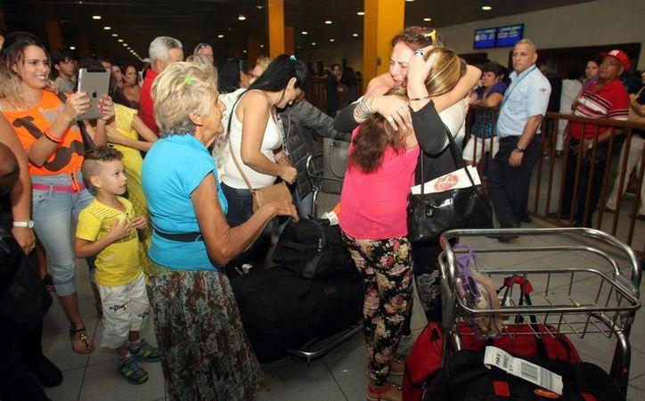 Un grupo de personas aguarda la llegada de sus familiares y amigos en el vuelo de Nueva York hasta la Habana. (EFE)