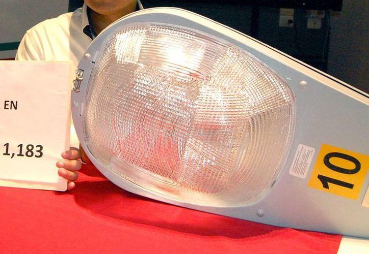 Regidores exhibieron la millonaria diferencia en el costo de lámparas. (SIPSE)