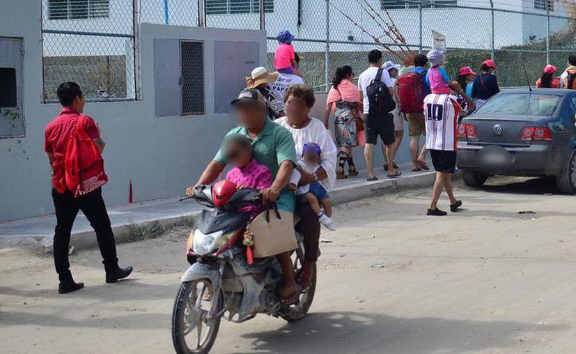 Las personas que transitan en motocicleta o bicimoto ya no podrán llevar niños menores de 5 años, pues está prohibido. (Archivo)