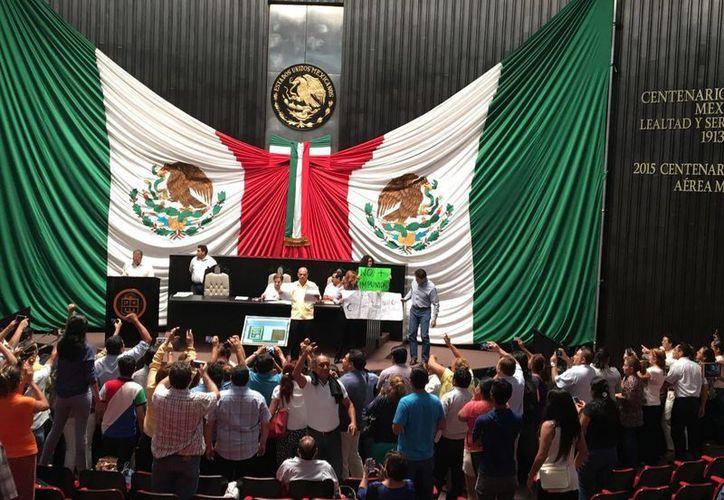 Ciudadanos tomaron la tribuna del Congreso del Estado ayer durante la sesión de la XIV Legislatura. (Claudia Martín/SIPSE)