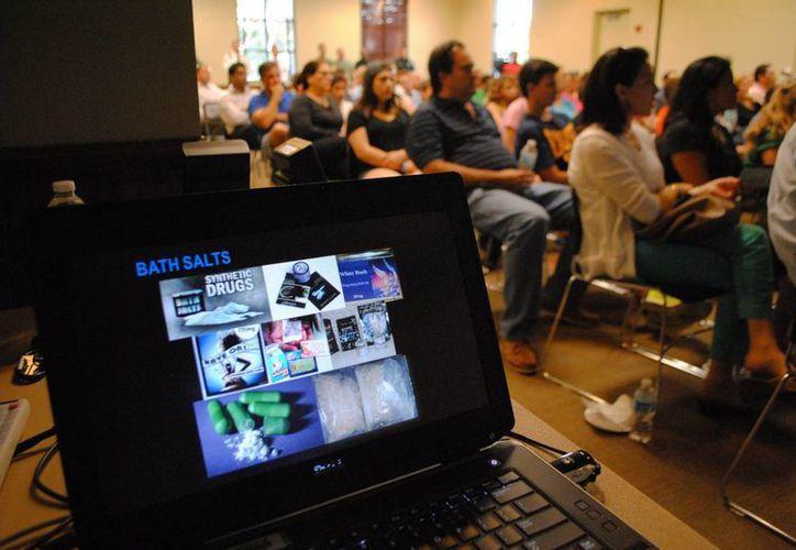 Imagen de asistentes a una charla sobre drogas sintéticas en el centro comunitario de Weston en Miami. (EFE)