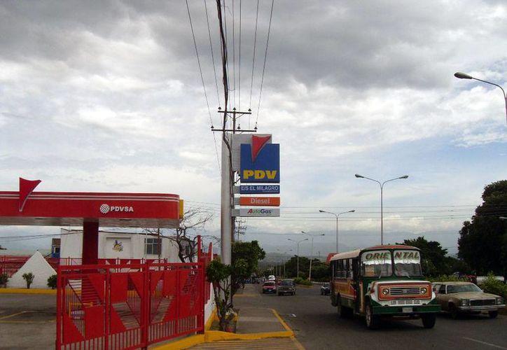 Petróleos de Venezuela pierde millones de dólares al año por la producción de combustibles. En al imagen, una estación de servicio de gasolinas en Caracas. (empresate.org)