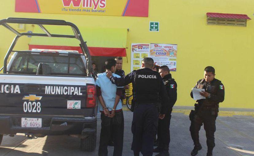 Un sujeto fue detenido por empleados de un supermercado en donde intentó robar productos, ayer en Chetumal. (Redacción/SIPSE)