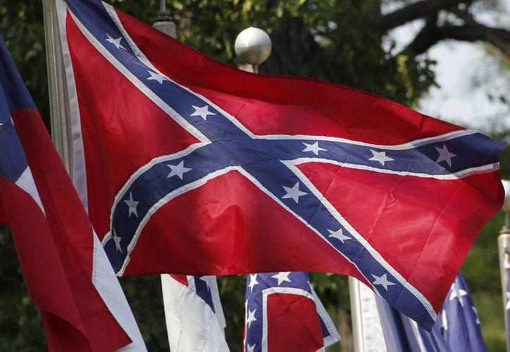 La Bandera Confederada representa a las 13 colonias que se oponían al fin de la esclavitud. Su aparición en sitios públicos en EU ha enfurecido a comunidades afroamericanas y líderes del país. (AP)