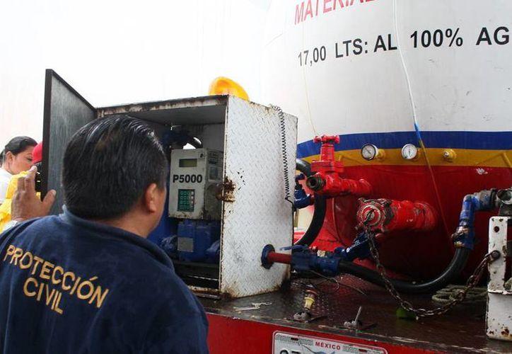 Personal de Protección Civil inspecciona los vehículos de empresas gaseras. (Cortesía/SIPSE)