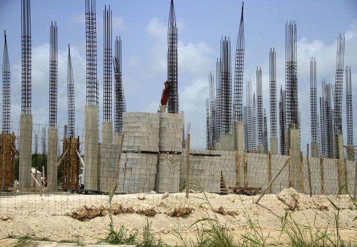 Sólo el 60% de las construcciones cuentan con los permisos correspondientes para realizarlas. (Harold Alcocer/SIPSE)