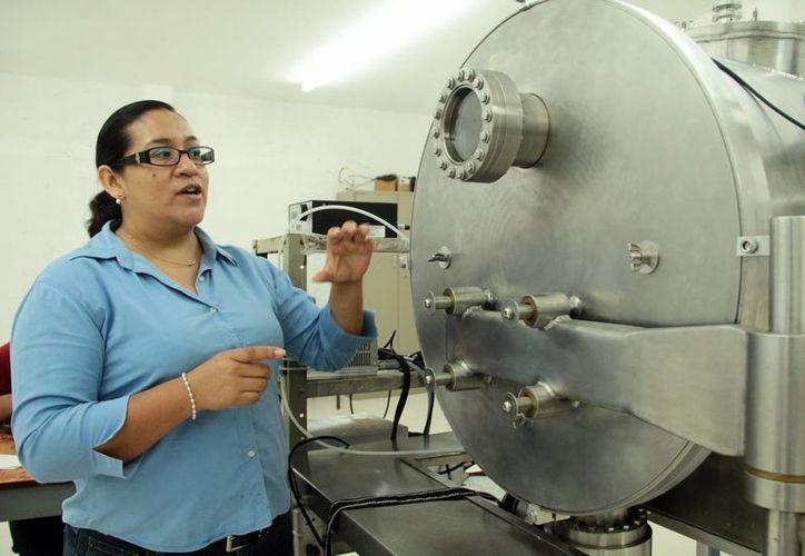 Aracely Ríos Flores, encargada del proyecto, asegura que el uso de las prendas está enfocado para climas fríos, ya que esta tecnología aprovecha la radiación solar para generar calor al cuerpo durante el día. (Milenio Novedades)