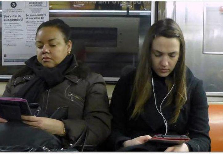 Los usuarios del metro de NY podrán descargar de forma gratuita en sus dispositivos portátiles libros. (twitter.com/HiTechWorldNews)
