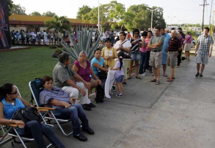Por primera vez, este domingo, los votantes yucatecos podrán emitir su sufragio en una casilla única. En la foto, fila de votantes en una casilla especial correspondiente a una elección en 2012. (SIPSE)