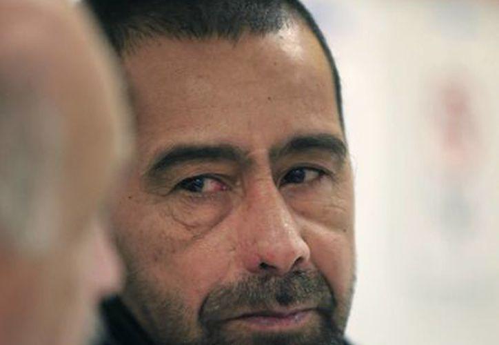 El refugiado sirio Ahmad Alabood (der), y el intérprete Fariz Turkmani (izq), hablan durante una entrevista con los Servicios Comunitarios Della Lamb en Kansas City (AP/Orlin Wagner)