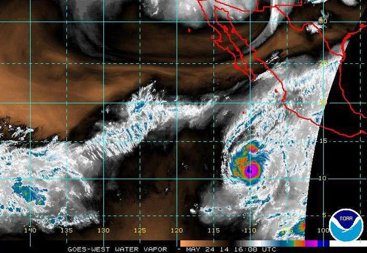 El huracán 'Amanda' registra movimiento sobre el Océano Pacífico hacia el oeste-noroeste a 7 km/hr. (ssd.noaa.gov)