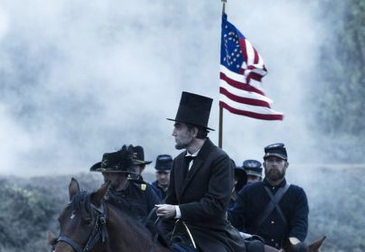 El actor inglés Daniel Day Lewis (c) está nominado como mejor actor por su papel de 'Lincoln'. (Agencias)