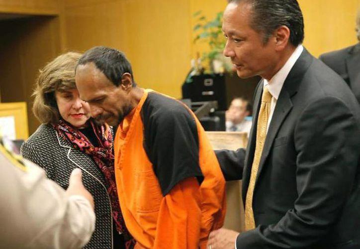 El inmigrante Francisco Sánchez, quien es acusado de matar a una mujer, sale del tribunal en San Francisco entre su defensor de oficio Jeff Adachi y la fiscal Diana Garciaor. (Agencias)