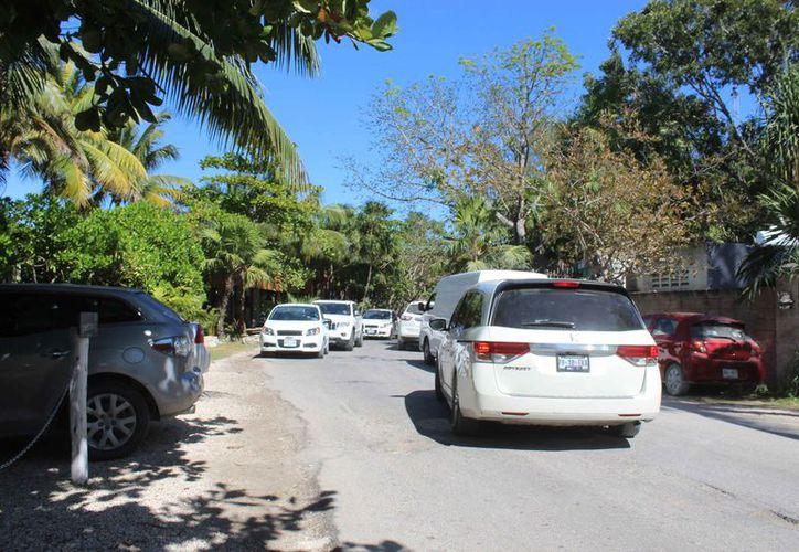 Es difícil transitar en la Tulum-Boca Paila, sobre todo en temporada alta. (Sara Cauich/SIPSE)