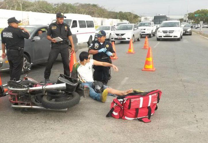 Paramédicos atendieron a los dos motociclistas lesionados enfrente de la exsiderúrgica. (Ana Hernández/SIPSE)